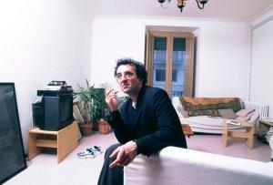 El escritor chileno Roberto Bolaño en su estudio en Sitges (Cataluña). Años 90.